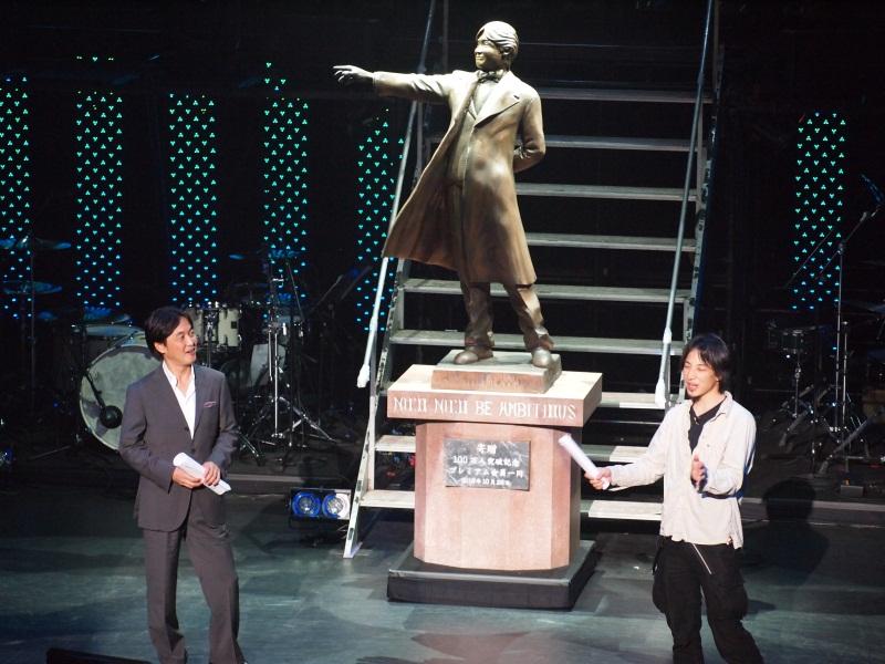 西村博之氏と夏野剛氏。新たに夏野氏の銅像が製作された 西村博之氏と夏野剛氏。新たに夏野氏の銅像が